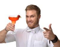 Młody człowiek z czerwonym truskawkowym margarita koktajlu napoju sokiem szczęśliwym wskazujący jeden palec Zdjęcie Royalty Free