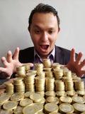 młody człowiek z emocji wyrażeniem gdy patrzejący oszczędzania z brogować monetami meksykańscy peso obrazy royalty free
