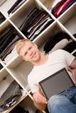Młody człowiek z jego garderobą fotografia royalty free