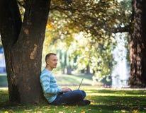 Młody człowiek z jego laptopem w miasto parku plenerowym Obraz Royalty Free
