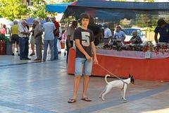Młody człowiek z jego zwierzęciem domowym w rynku w Besalu Catalonia, Hiszpania Obraz Royalty Free
