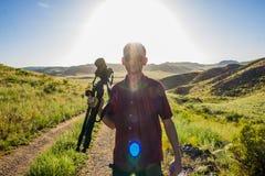 Młody człowiek z kamerą przy stepem w słonecznym dniu, Kazachstan Zdjęcia Stock