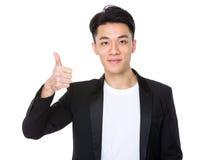 Młody człowiek z kciukiem up gestykuluje Zdjęcia Stock
