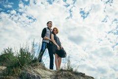 Młody człowiek z kobieta stojakami na spojrzeniach i wzgórzu prosto naprzód Zdjęcia Royalty Free