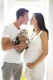 Młody człowiek z kobieta w ciąży indoors i kotem Obraz Royalty Free