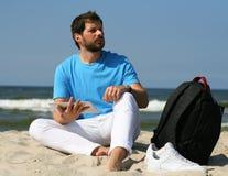 Młody człowiek z laptopem i plecak podczas plaży być na wakacjach Fotografia Stock