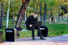 Mężczyzna Z laptopem Plenerowym Zdjęcie Royalty Free