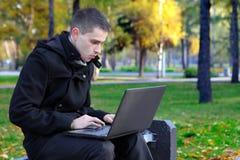 Mężczyzna Z laptopem Plenerowym Obraz Royalty Free