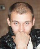 Młody człowiek z poważnym i rozważnym spojrzeniem Obrazy Royalty Free