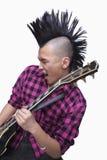 Młody człowiek z punkowym Mohawk bawić się gitarę Zdjęcia Stock