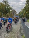 Młody człowiek z spacerowiczem jest działającym maratonem w Niemcy, oktober 2015 Zdjęcie Royalty Free