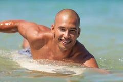 Młody człowiek z surfboard Obrazy Stock