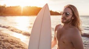 Młody człowiek z surfboard fotografia royalty free