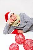 Młody człowiek z szalikiem, kapeluszowy Santa Claus i czerwone piłki o, Zdjęcie Stock