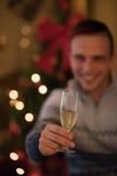 Młody człowiek z szampańskim szkłem na przyjęciu zdjęcia royalty free