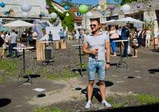 Młody człowiek z szkłem pije samotnie wino Fotografia Royalty Free