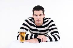 Młody człowiek z szkłem piwo obrazy royalty free