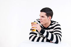 Młody człowiek z szkłem piwo obraz stock