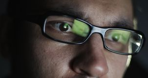 Młody człowiek z szklaną pracą na laptopie w zmroku zdjęcie wideo