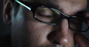 Młody człowiek z szklaną pracą na laptopie w zmroku zbiory wideo
