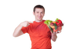 Młody człowiek z talerzem świezi zdrowi warzywa Obrazy Stock