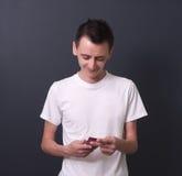 Młody człowiek z telefon komórkowy. Obrazy Royalty Free