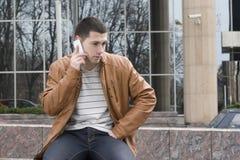 Młodzi człowiecy z telefon komórkowy zdjęcie stock