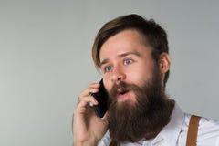 Młody człowiek z telefonem obrazy royalty free