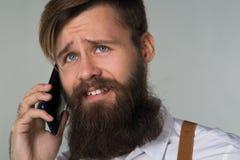 Młody człowiek z telefonem zdjęcie royalty free
