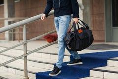 Młody człowiek z torbą przychodzi downstairs z bliska Zdjęcie Royalty Free
