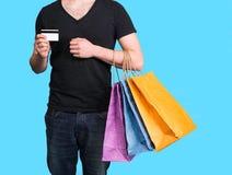 Młody człowiek z torba na zakupy i kredytową kartą Obraz Stock