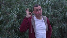 Młody człowiek z twarzą pomadek oceny buziaki pełno robi zadowalającemu gestowi zbiory wideo