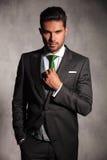 Młody człowiek załatwia jego zielonego krawat w smokingu żakiecie Obraz Stock