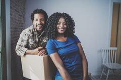 Młody czarnego afrykanina mężczyzna i jego dziewczyny chodzenia pudełka w nowego dom wpólnie i robić pięknemu życiu rozochocony Fotografia Royalty Free