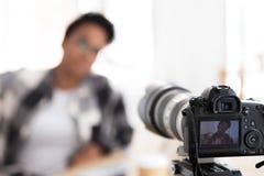 Młody czarny żeński blogger na kamera ekranie obrazy royalty free