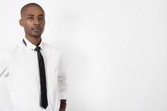 Młody czarny biznesowy mężczyzna na odosobnionym tle Obrazy Royalty Free
