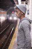 Młody, czarny modniś, czeka NYC metro Fotografia Stock
