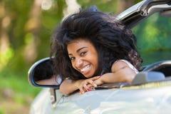 Młody czarny nastoletni kierowca sadzający w jej nowym odwracalnym samochodzie - A Zdjęcia Stock