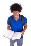 Młody czarny nastoletni studencki mężczyzna czytać książki - Afrykańscy ludzie Fotografia Stock