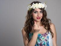 Młody czarodziejski piękny princess zaprasza ciebie z kwiat tiarą Obraz Stock