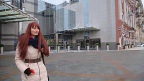 Młody czerwony z włosami imbirowy kobiety przybycie z budynku biurowego zbiory wideo