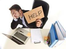 Młody desperacki biznesmena cierpienia stres pracuje przy biurem c obraz stock