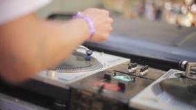 Młody DJ przędzalnictwo, miesza przy turntable na na wolnym powietrzu festiwalu drzewo pola festiwale muzyka zbiory wideo