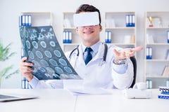Młody doktorski patrzeje mri obraz cyfrowy przez vr szkieł Zdjęcia Royalty Free