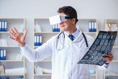 Młody doktorski patrzeje mri obraz cyfrowy przez vr szkieł Obraz Royalty Free
