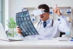 Młody doktorski patrzeje mri obraz cyfrowy przez vr szkieł Zdjęcia Stock