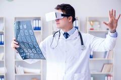 Młody doktorski patrzeje mri obraz cyfrowy przez vr szkieł Obrazy Royalty Free