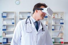 Młody doktorski patrzeje mri obraz cyfrowy przez vr szkieł Obrazy Stock