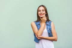 Młody dorosłej kobiety wzorcowy pozować w studiu Dosyć przypadkowa dziewczyna z piegami, pozuje nad bławym tłem Fotografia Stock