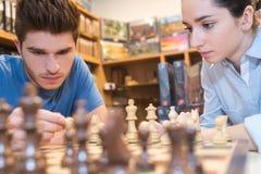 Młody dorosły bawić się gemowy chesse Zdjęcia Royalty Free